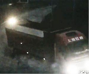 【事故】スピード違反のトラックが交差点でスクーターに突っ込んでしまう衝撃映像