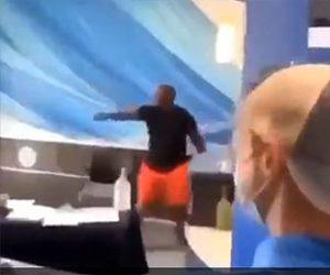 【衝撃】ナイフを振り回す男が警察官にテーザー銃を撃たれ倒れるが…