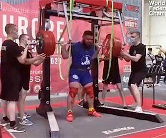 【衝撃】パワーリフティングの大会で400キロの重量に耐えかね男性の両膝が折れてしまう衝撃映像