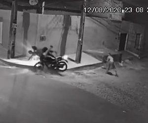 【強盗】2人乗りバイクに強盗が飛び蹴り、強盗がバイクを奪う衝撃映像