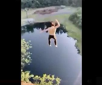 【衝撃】高い崖から男性が湖に飛び込む衝撃映像