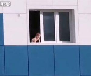 【衝撃】アパート6階の窓から体を乗り出し転落しそうな幼児を救急隊がはしご車で救出する