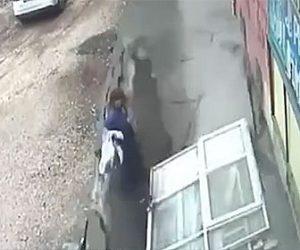 【閲覧注意動画】女性2人が歩く歩道が突然崩落、地面とともに落下してしまう衝撃映像