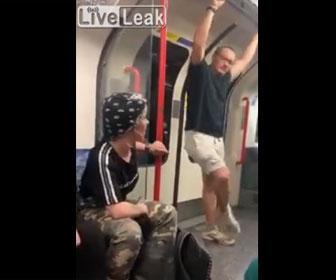 【衝撃】電車内で人種差別発言をする白人男が黒人男性に強烈なパンチを食らう衝撃映像