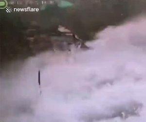 【衝撃】貯水池で釣りをする男性2人に大波が襲ってくる衝撃映像
