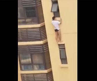 【衝撃】パンツ姿の男が高層マンションの窓から外に出て狭いひさしに立っている衝撃映像