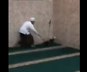 【衝撃】モスクに巨大なネズミが現れ 必死に退治する衝撃映像