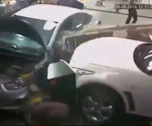 【衝撃】車を整備する整備士に壁を突き破り、猛スピードの車が突っ込んでくる衝撃映像