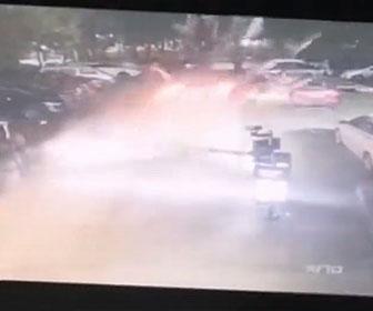 【事故】猛スピードの車が駐車場のゲートバーを破壊し駐車車両に突っ込む衝撃事故映像
