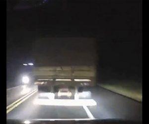 【事故】夜の高速道路で猛スピードで走る車がテールランプが切れたトレーラーに突っ込んでしまう