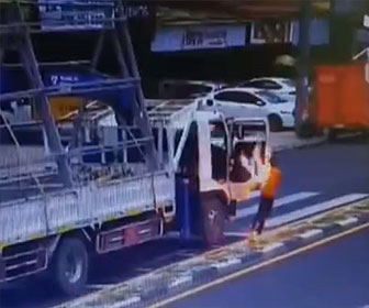 【衝撃】トラック荷台の荷物が電線に触れ、トラックから降りた運転手が感電してしまう衝撃映像