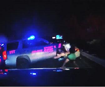 【事故】警察官が路肩で違反処理をしているところに後続車が突っ込んでくる衝撃映像