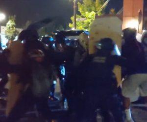 【衝撃】アメリカ、ポートランドでデモ隊と警察官が激突する衝撃映像