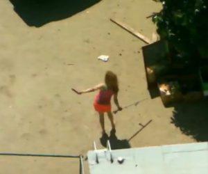 【衝撃】銃を持った女が警察官に詰め寄り銃で撃たれてしまう衝撃映像