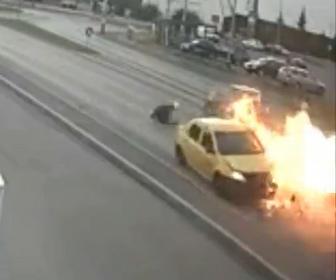 【事故】車を追跡している警察のバイクが対向車に激突し炎上する衝撃映像
