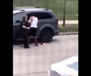 【衝撃】男が警察官の警告を聞かず車に乗り込もうとし至近距離から銃で撃ちまくられる衝撃映像