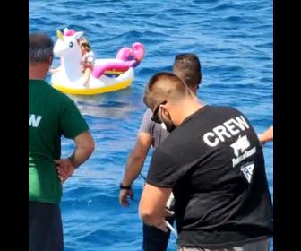 【衝撃】ユニコーンの浮き輪に乗った4歳少女が海流に流されフェリーに救出される衝撃映像