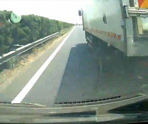 【事故】高速道路でトラックが無理な車線変更し7人乗りのバンが横転してしまう衝撃映像