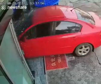 【事故】女性がアクセルとブレーキを間違え、車がレストランに突っ込んでしまう衝撃映像