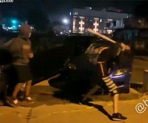 【衝撃】駐車場に止めてある車を男達が次々とバットで破壊する衝撃映像