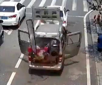 【衝撃】信号待ちをするバンの運転手がタバコに火をつけようとした瞬間、バンが大爆発する衝撃映像