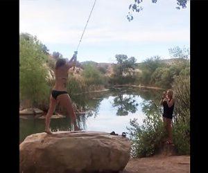 【衝撃】水着女性がロープスイングで湖に飛び込もうとするが大変なことに…