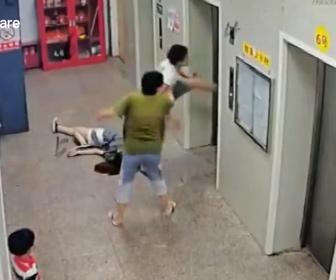 【衝撃】酔っ払った男がエレベーターのドアを思いっきり蹴り…