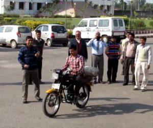 【衝撃】インドの教授が作った圧縮空気で走るバイクが凄い