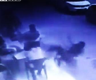 【衝撃】3階の窓から男の子が落下し椅子に座っていた男性に直撃する衝撃映像