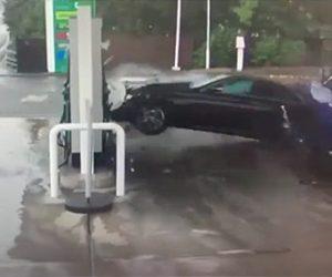 【衝撃】水たまりで横滑りした車が猛スピードでガソリンスタンドに突っ込んでくる衝撃映像