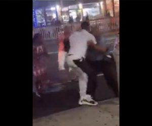 【暴行】駐車違反の取り締まりを受ける男が警察官2人と殴り合いになる衝撃映像