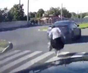 【衝撃】横断歩道を渡るおばあさんをかすめて猛スピードの車が走り去る衝撃映像