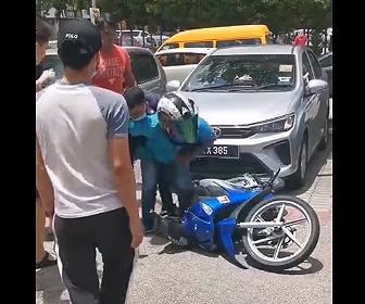 【衝撃】バイクに乗った男が女性のバッグをひったくるが転倒し…