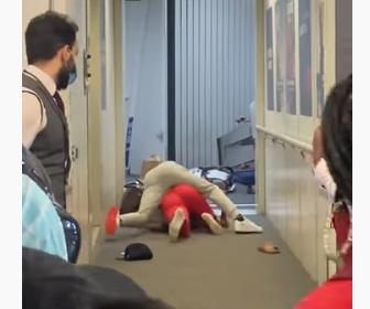 【喧嘩】飛行機に乗り込むボーディング・ブリッジで女性2人が激しい殴り合い