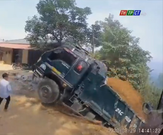 【衝撃】ダンプカーが土を降ろそうとするがバックで崖から落下してしまう衝撃映像