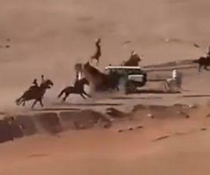 【衝撃】砂漠の競馬レースでコースに警察車両が入ってしまい…