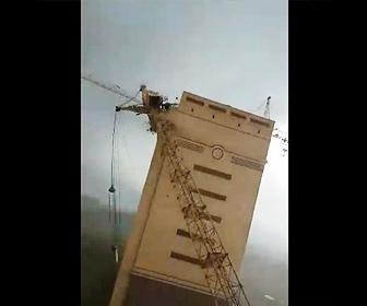 【衝撃】建設現場で巨大なタワークレーン3基が強風により倒れてしまう衝撃映像