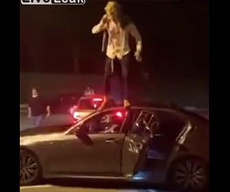【衝撃】男が車の屋根の上から飛び降りるがドアが開いてしまい…