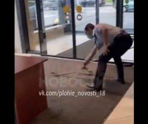 【衝撃】フードコートに現れたネズミを警備員がモップで叩きまくる衝撃映像
