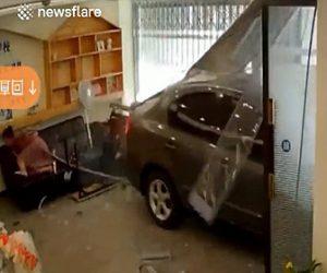 【衝撃】アクセルとブレーキを間違えた車が店に突っ込み、ソファーに座っていた女性が必死に逃げる