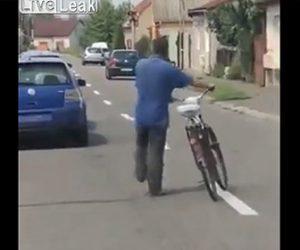 【衝撃】酔っ払った男性が自転車に乗れず、自転車を押して歩くが…