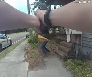 【衝撃】銃を構える警察官にナイフを持った女が襲いかかってくる衝撃映像
