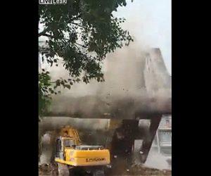 【衝撃】5階建ての建物をショベルカーで解体するが建物が崩れショベルカーに倒れてくる衝撃映像