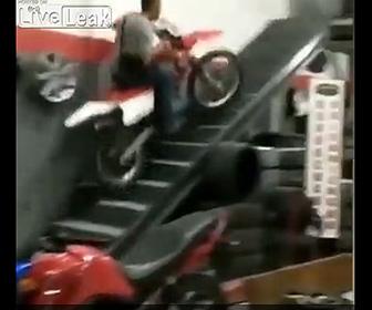 【衝撃】作業員の男性がバイクで階段を登ろうとするが…