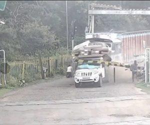 【事故】踏切で停車しているバイクや車に猛スピードのトラックが後ろから突っ込んでくる衝撃映像
