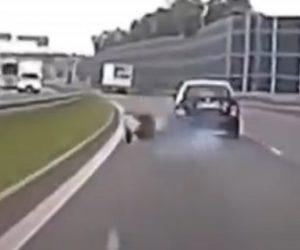 【事故】前を走る車が故意に後ろを走るバイクに車をぶつけバイクは転倒してしまう衝撃映像