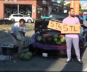 【衝撃】ランボルギーニでスイカを売る衝撃映像