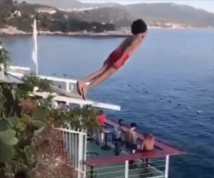 【衝撃】猛ダッシュで助走し大ジャンプして海に飛び込む少年が凄い!