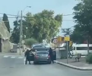 【衝撃】車から降りた男2人が建物に銃を乱射する衝撃映像