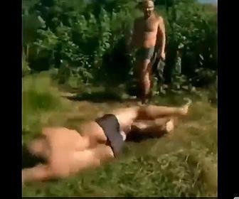 【衝撃】巨漢男性が猛ダッシュで川に飛び込もうとするが…